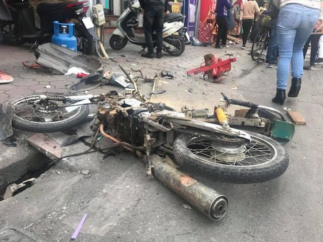Xe điên tông nhiều xe máy, ô tô trên phố Hà Nội, cụ bà bán hàng rong tử vong tại chỗ - Ảnh 3.