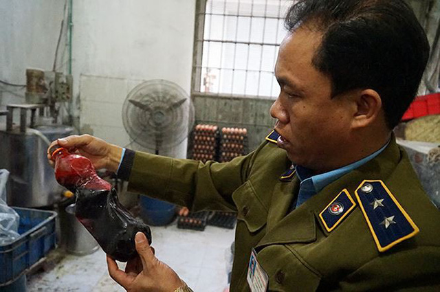 Mục kích cơ sở sản xuất bánh kẹo bẩn ở Hà Nội ngày cận Tết - Ảnh 5.