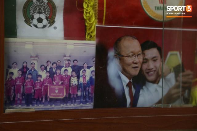 Về thăm nhà Văn Hậu, phát hiện món quà đầu tiên em út ĐT Việt Nam mua cho cha mẹ bằng đồng lương kiếm được - Ảnh 7.