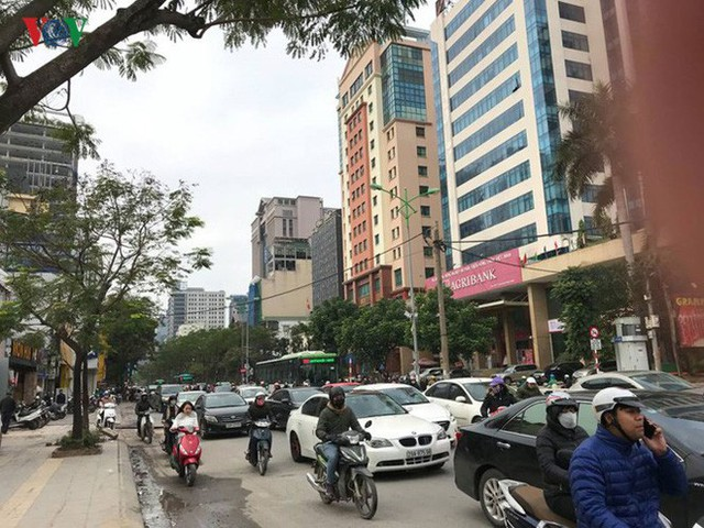 Ảnh: Đường phố Hà Nội ùn tắc trong ngày đi làm đầu tiên của năm 2019 - Ảnh 1.