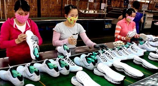 Khoảng 1 tỉ đôi giày được làm tại Việt Nam với giá 15 USD/đôi - Ảnh 1.