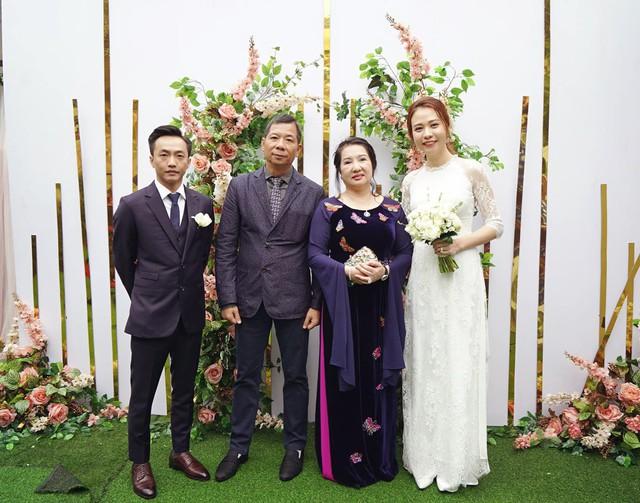 Cận cảnh đám hỏi Cường Đô La và Đàm Thu Trang: Mẹ chú rể thân thiết trao nhẫn cho cô dâu - Ảnh 1.