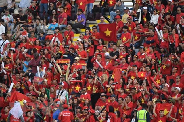 Cổ động viên Việt Nam chiếm thế áp đảo trên khán đài trận gặp Jordan - Ảnh 1.