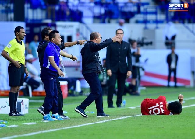 Quang Hải bị phạm lỗi, HLV Park Hang-seo gắt với cả trọng tài và HLV Jordan để đòi công bằng - Ảnh 2.