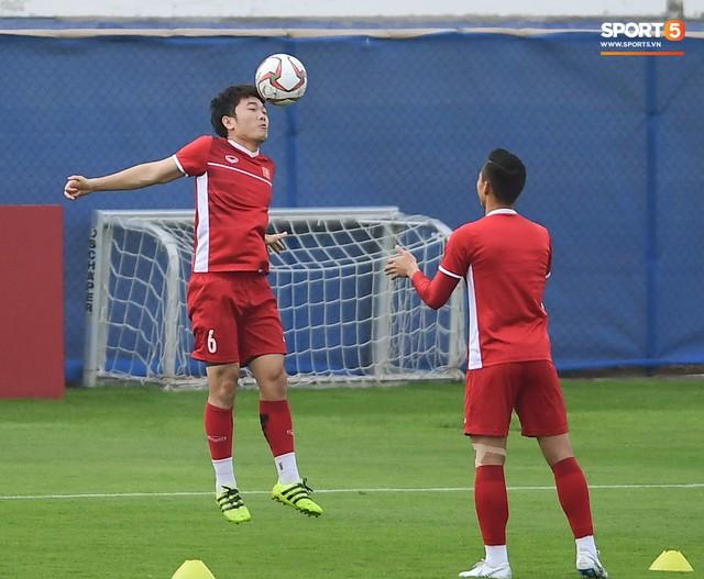 HLV Park Hang-seo ngồi 1 góc riêng suy tư, đợi học trò ra sân tập trước ngày đấu Jordan - Ảnh 13.