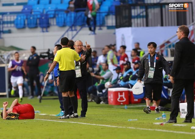 Quang Hải bị phạm lỗi, HLV Park Hang-seo gắt với cả trọng tài và HLV Jordan để đòi công bằng - Ảnh 3.