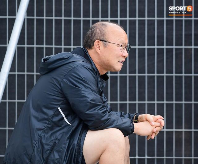 HLV Park Hang-seo ngồi 1 góc riêng suy tư, đợi học trò ra sân tập trước ngày đấu Jordan - Ảnh 4.