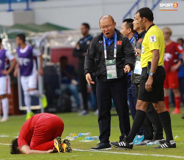 Quang Hải bị phạm lỗi, HLV Park Hang-seo gắt với cả trọng tài và HLV Jordan để đòi công bằng - Ảnh 4.