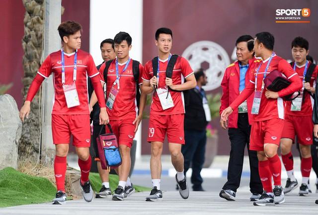 HLV Park Hang-seo ngồi 1 góc riêng suy tư, đợi học trò ra sân tập trước ngày đấu Jordan - Ảnh 7.