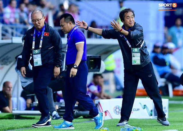 Quang Hải bị phạm lỗi, HLV Park Hang-seo gắt với cả trọng tài và HLV Jordan để đòi công bằng - Ảnh 7.