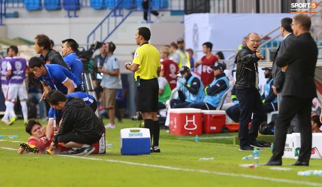 Quang Hải bị phạm lỗi, HLV Park Hang-seo gắt với cả trọng tài và HLV Jordan để đòi công bằng - Ảnh 8.