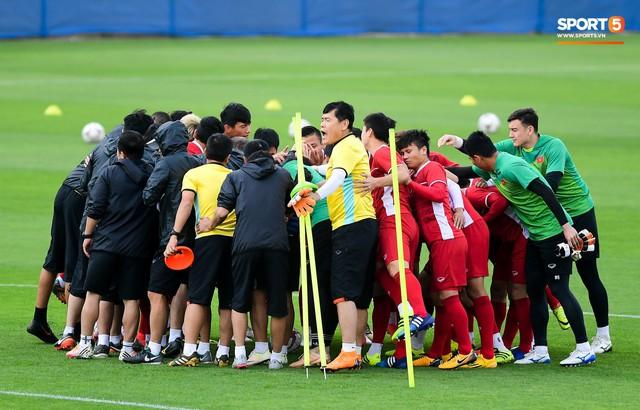 HLV Park Hang-seo ngồi 1 góc riêng suy tư, đợi học trò ra sân tập trước ngày đấu Jordan - Ảnh 9.