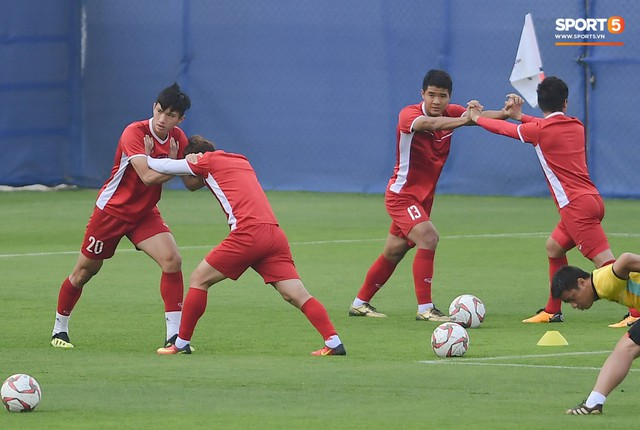 HLV Park Hang-seo ngồi 1 góc riêng suy tư, đợi học trò ra sân tập trước ngày đấu Jordan - Ảnh 10.