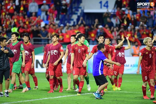 HLV Park Hang-seo lặng lẽ nhìn các học trò ăn mừng chiến thắng lịch sử của đội tuyển Việt Nam - Ảnh 1.