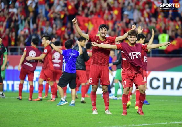 HLV Park Hang-seo lặng lẽ nhìn các học trò ăn mừng chiến thắng lịch sử của đội tuyển Việt Nam - Ảnh 2.