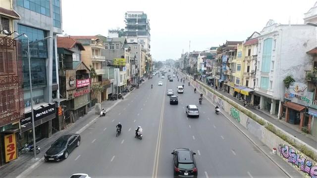 Ảnh: Con đường hơn 300 tỷ đồng ở Hà Nội bị bôi bẩn - Ảnh 2.