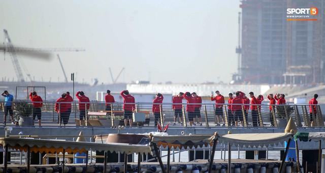 Không ngủ nướng, tuyển Việt Nam đi dạo thư giãn sáng sớm sau trận thắng Jordan - Ảnh 1.