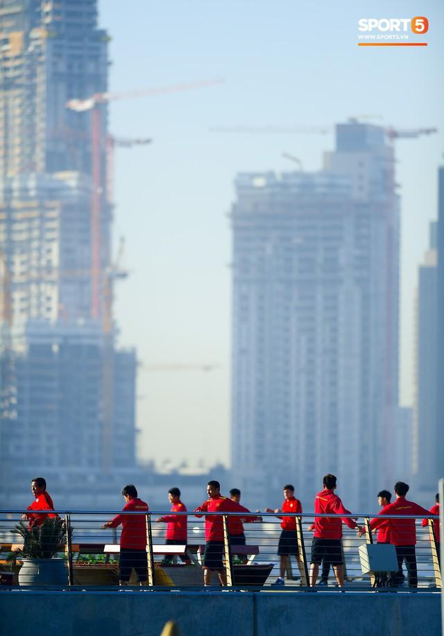 Không ngủ nướng, tuyển Việt Nam đi dạo thư giãn sáng sớm sau trận thắng Jordan - Ảnh 2.