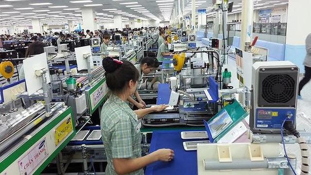 Việt Nam khan hiếm lao động ngành điện tử và may mặc - Ảnh 1.