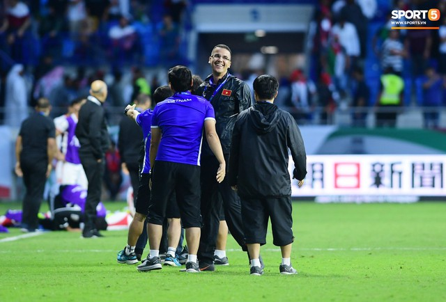 HLV Park Hang-seo lặng lẽ nhìn các học trò ăn mừng chiến thắng lịch sử của đội tuyển Việt Nam - Ảnh 3.