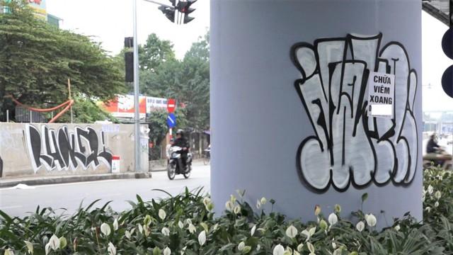 Ảnh: Con đường hơn 300 tỷ đồng ở Hà Nội bị bôi bẩn - Ảnh 5.