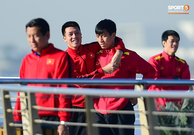 Không ngủ nướng, tuyển Việt Nam đi dạo thư giãn sáng sớm sau trận thắng Jordan - Ảnh 5.