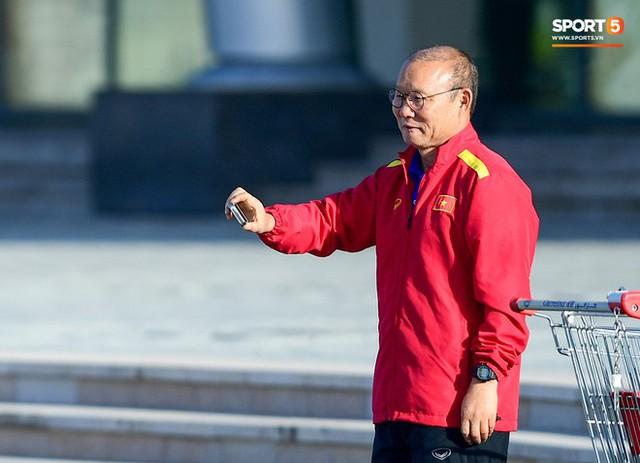 Không ngủ nướng, tuyển Việt Nam đi dạo thư giãn sáng sớm sau trận thắng Jordan - Ảnh 9.
