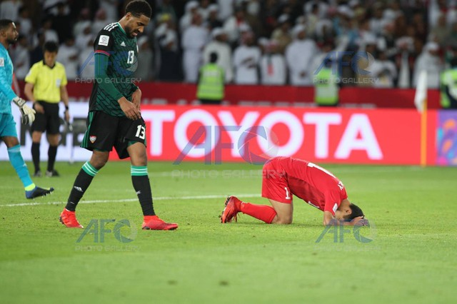 Chủ nhà UAE vào tứ kết Asian Cup 2019 sau màn đuổi bắt kịch tính và quả phạt đền tranh cãi - Ảnh 1.