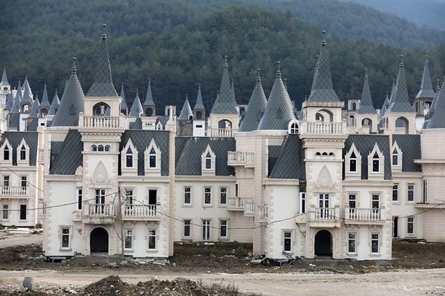 Xót xa làng biệt thự 200 triệu đô tuyệt đẹp bị bỏ hoang - Ảnh 2.
