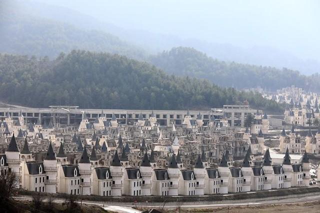 Xót xa làng biệt thự 200 triệu đô tuyệt đẹp bị bỏ hoang - Ảnh 4.