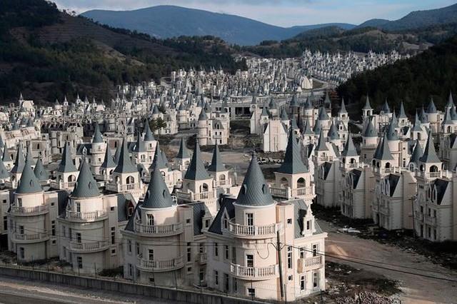 Xót xa làng biệt thự 200 triệu đô tuyệt đẹp bị bỏ hoang - Ảnh 5.