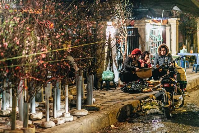 Sợ bị trộm giữa đêm, người dân Hà Nội dựng lều, trùm chăn canh đào quất trên phố - Ảnh 6.