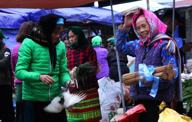 Độc đáo chợ phiên Đồng Văn ngày cuối tuần - Ảnh 9.