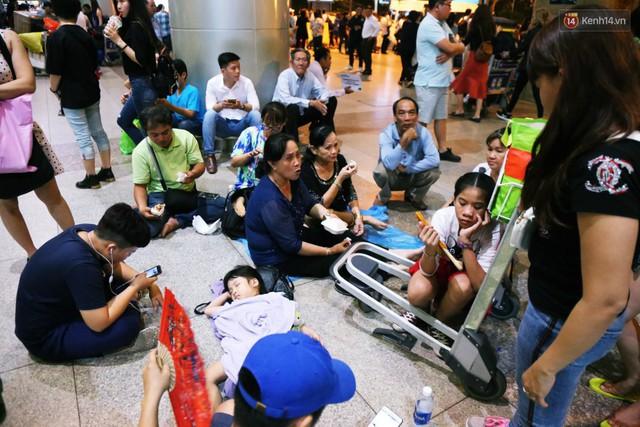 Ảnh: Hàng nghìn người ngồi vật vờ lúc nửa đêm ở sân bay Tân Sơn Nhất đón Việt kiều về quê ăn Tết Kỷ Hợi 2019 - Ảnh 16.