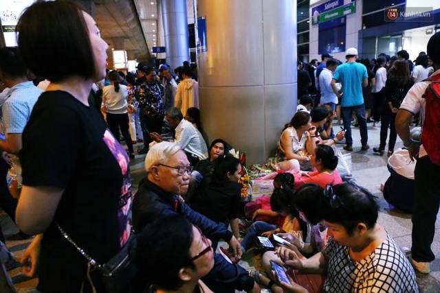 Ảnh: Hàng nghìn người ngồi vật vờ lúc nửa đêm ở sân bay Tân Sơn Nhất đón Việt kiều về quê ăn Tết Kỷ Hợi 2019 - Ảnh 17.