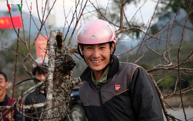 Ảnh: Đào rừng Tây Bắc ngập tràn trên phố núi Lai Châu - Ảnh 20.