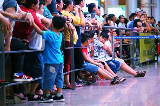 Ảnh: Hàng nghìn người ngồi vật vờ lúc nửa đêm ở sân bay Tân Sơn Nhất đón Việt kiều về quê ăn Tết Kỷ Hợi 2019 - Ảnh 23.