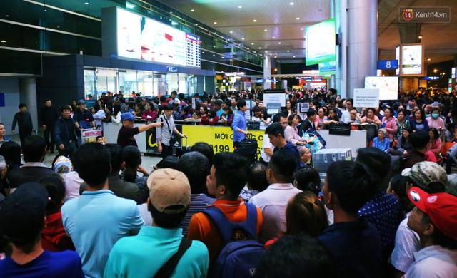 Ảnh: Hàng nghìn người ngồi vật vờ lúc nửa đêm ở sân bay Tân Sơn Nhất đón Việt kiều về quê ăn Tết Kỷ Hợi 2019 - Ảnh 27.