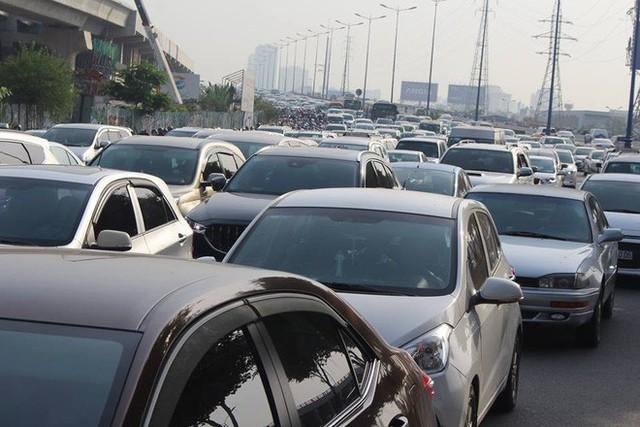 Ùn tắc kinh hoàng trên cầu Sài Gòn, hàng nghìn người chen chúc trong nắng nóng ngày cận Tết - Ảnh 4.