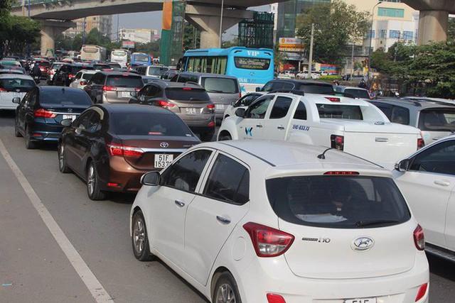 Ùn tắc kinh hoàng trên cầu Sài Gòn, hàng nghìn người chen chúc trong nắng nóng ngày cận Tết - Ảnh 5.