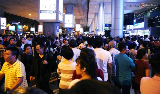 Ảnh: Hàng nghìn người ngồi vật vờ lúc nửa đêm ở sân bay Tân Sơn Nhất đón Việt kiều về quê ăn Tết Kỷ Hợi 2019 - Ảnh 7.