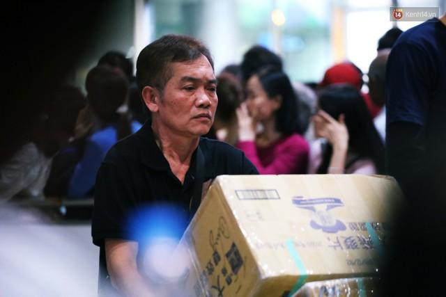 Ảnh: Hàng nghìn người ngồi vật vờ lúc nửa đêm ở sân bay Tân Sơn Nhất đón Việt kiều về quê ăn Tết Kỷ Hợi 2019 - Ảnh 8.