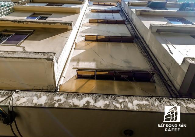 Cận cảnh chung cư nghiêng tại TP.HCM khiến nhiều hộ dân tháo chạy  - Ảnh 2.
