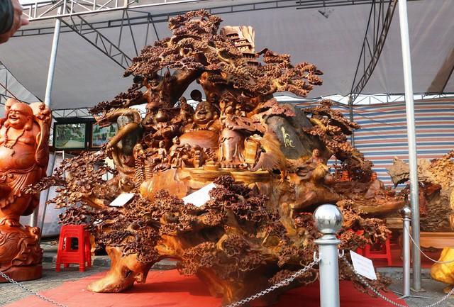 Chiêm ngưỡng bức tượng Phật Di Lặc bằng gỗ hương nặng 3,5 tấn, rao bán 1,2 tỷ ở chợ Tết Thanh Hóa - Ảnh 1.