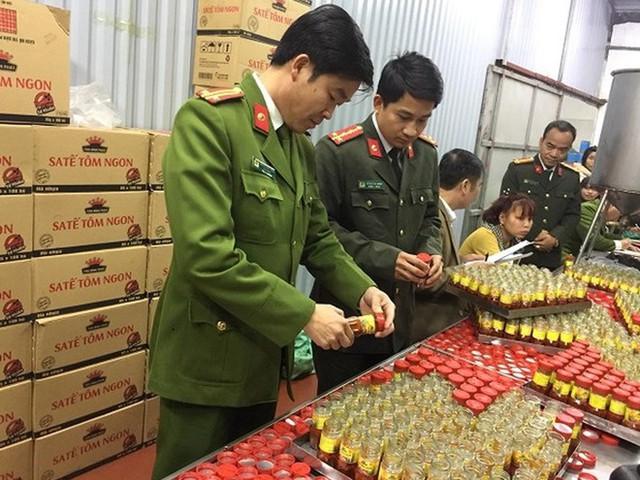 Sản xuất hàng nghìn hộp sa tế giả đưa vào nhà hàng - Ảnh 1.