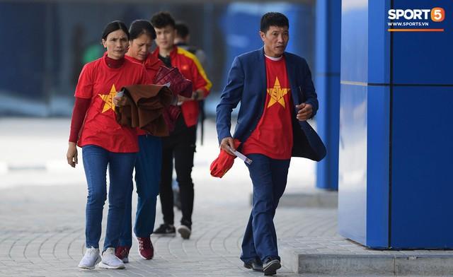 Xúc động khoảnh khắc Văn Hậu, Quang Hải dáo dác tìm người thân trên khán đài - Ảnh 1.