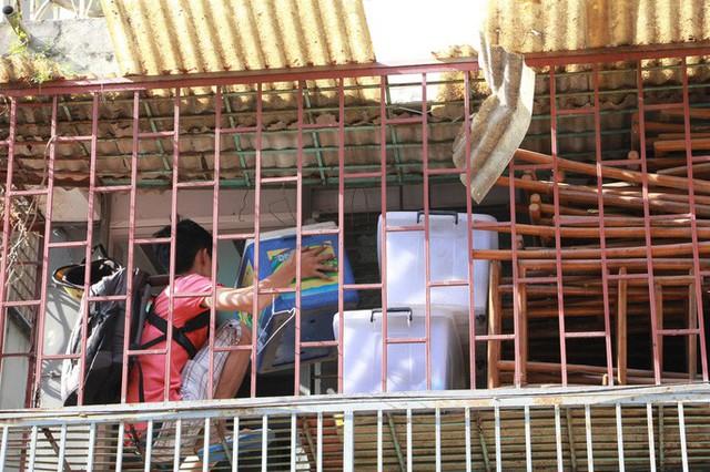 Hàng trăm người vội vã rời khỏi chung cư nghiêng 45cm ở quận 1 - Ảnh 7.