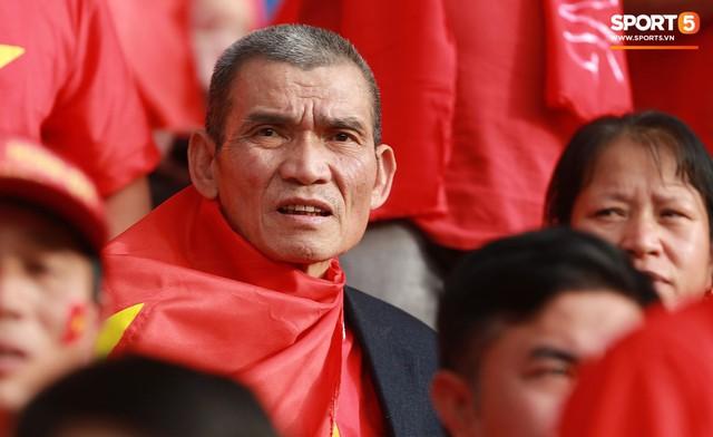 Xúc động khoảnh khắc Văn Hậu, Quang Hải dáo dác tìm người thân trên khán đài - Ảnh 7.