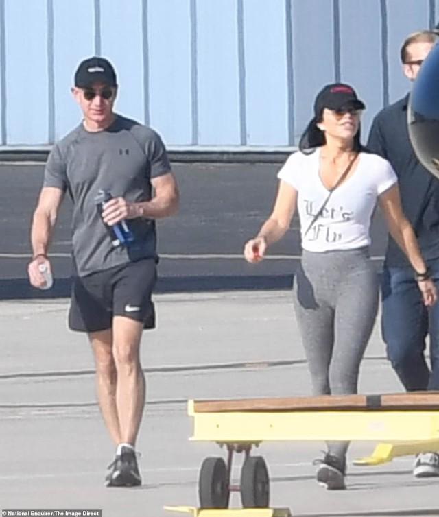 Lộ ảnh tình tứ của tỷ phú Jeff Bezos cùng nhân tình trước ngày thông báo ly hôn 2 tháng - Ảnh 1.