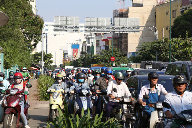 Hàng nghìn phương tiện chôn chân dưới cái nắng ở cổng sân bay Tân Sơn Nhất - Ảnh 1.